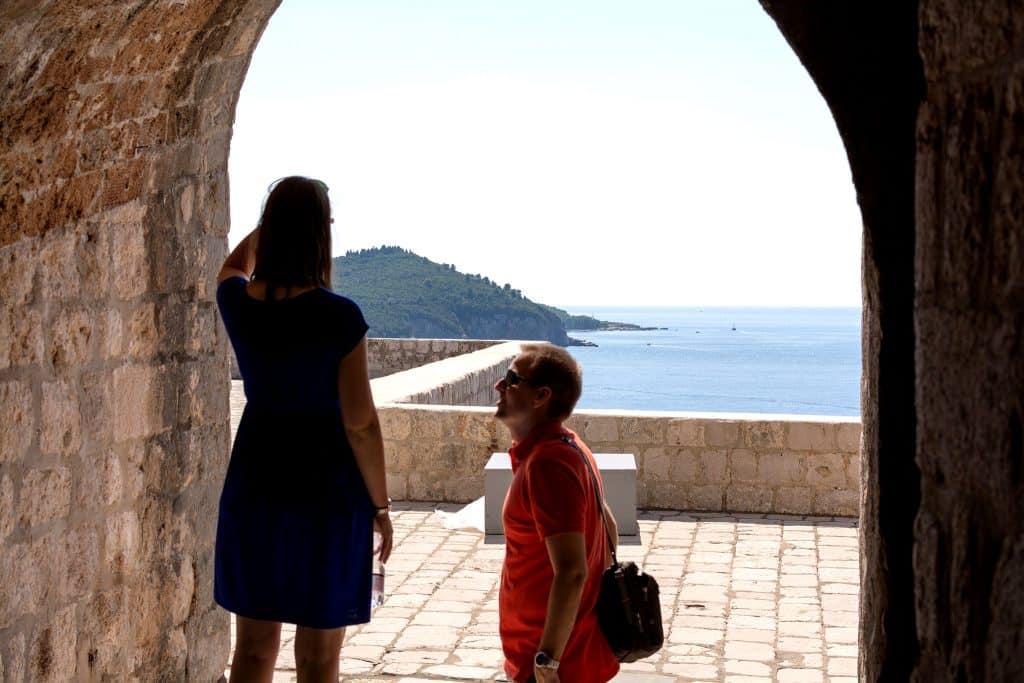 pareja caminando por las murallas de Dubrovnik
