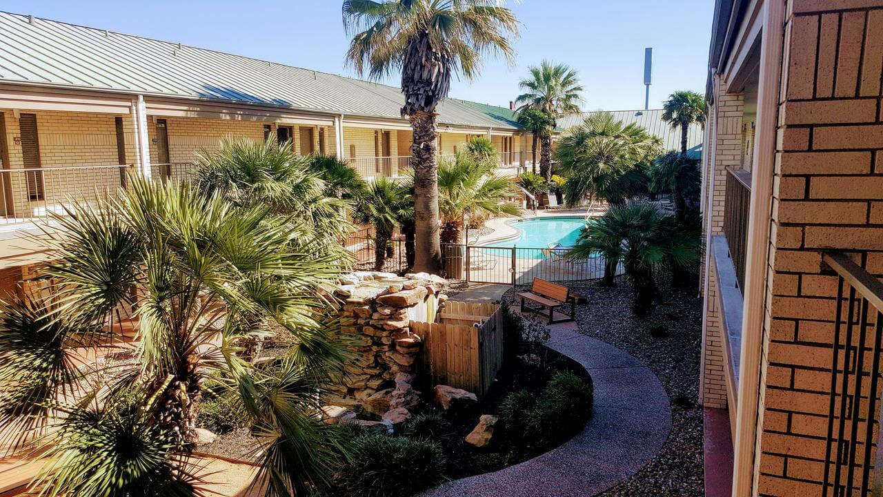 Vista a la piscina del Best Western Ingram Park Inn - mejores paquetes vacacionales a San Antonio