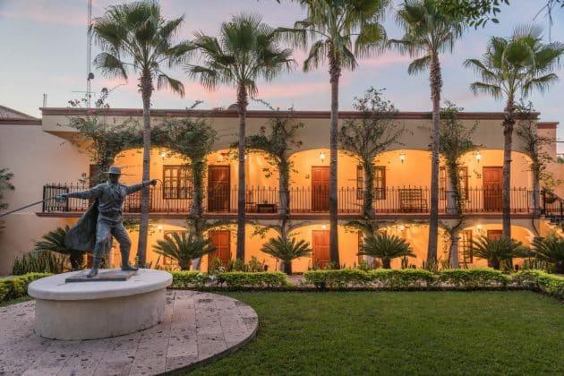 Reseña Hotel Posada del Hidalgo Estatua El Zorro