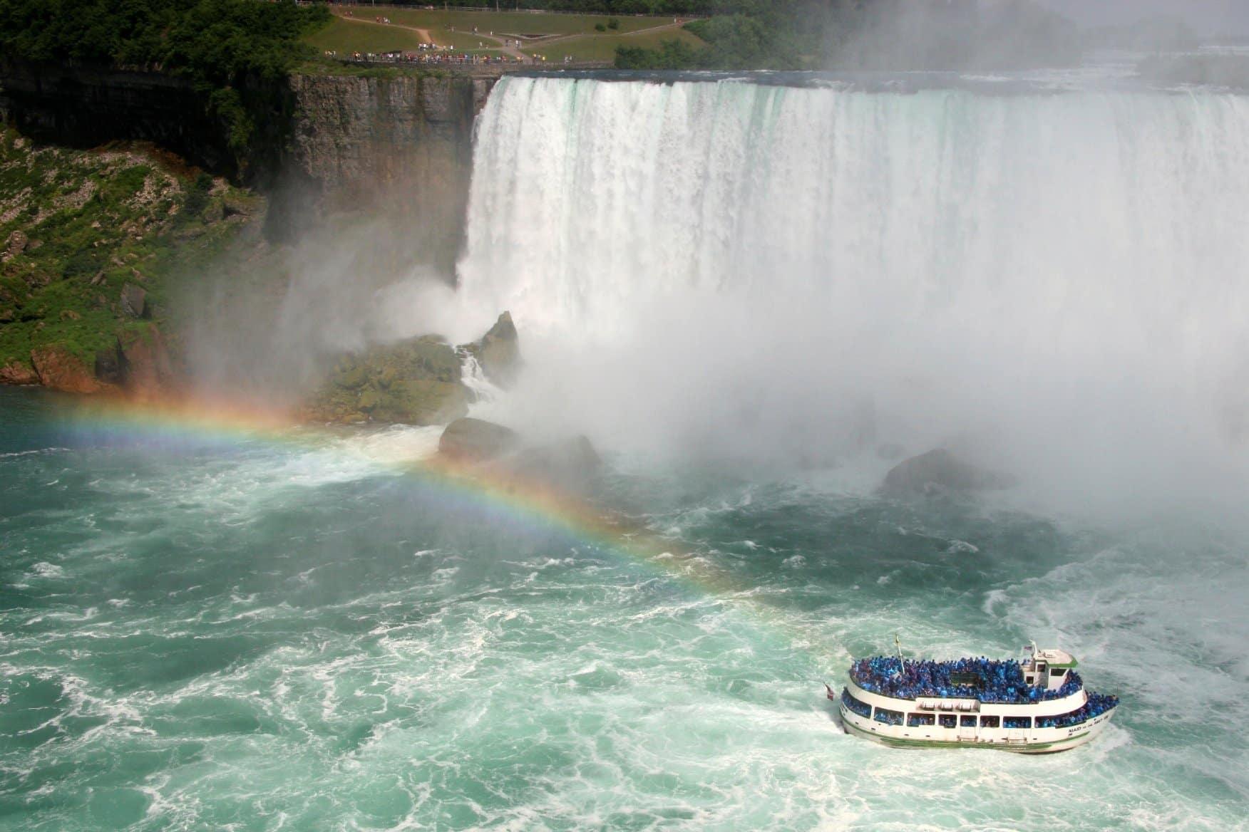 Cataratas del Niágara durante el día - mejores paquetes vacacionales a Canadá