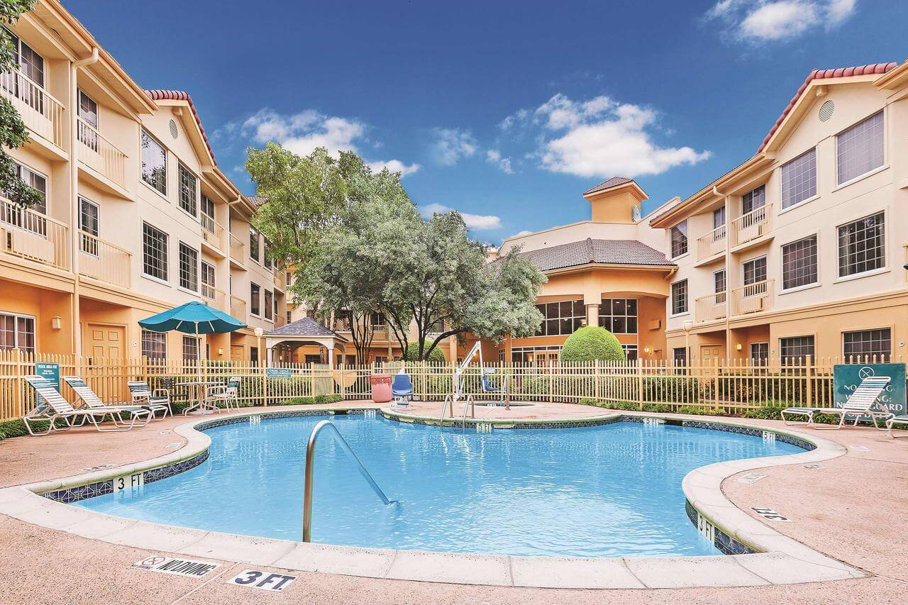 Piscina de La Quinta Inn and Suites Dallas Addison Galleria - paquetes vacacionales a Dallas