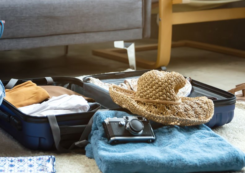 maleta con camara y sombrero para Chiapas